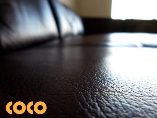 bề mặt da bóng mượt khi giặt sofa tại nhà